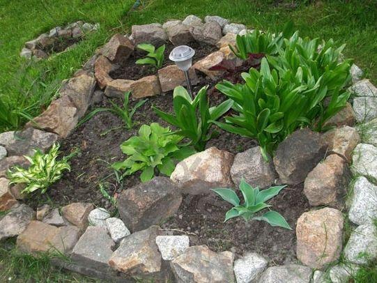 Как правильно построить и оформить клумбы из камня на территории дачи?