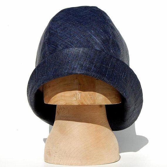 Mooie, indigo, gewaxt katoen souwester, regen hoed gemaakt van hoge kwaliteit vintage stof afkomstig uit Londen. Dit elegante, emmer regen hoed is gemaakt in de populaire nieuwe asymmetrische ZUTmanon stijl die beschikt over een diepe kroon en lage rand die kan worden ingeklapt voor een blik van de jaren 1920 of links down om het beschermen van je gezicht van het regenachtige weer. De kroon is top gestikt voor goede structuur en de rand genaaid door, zodat het moet gemakkelijk omhoog worden…