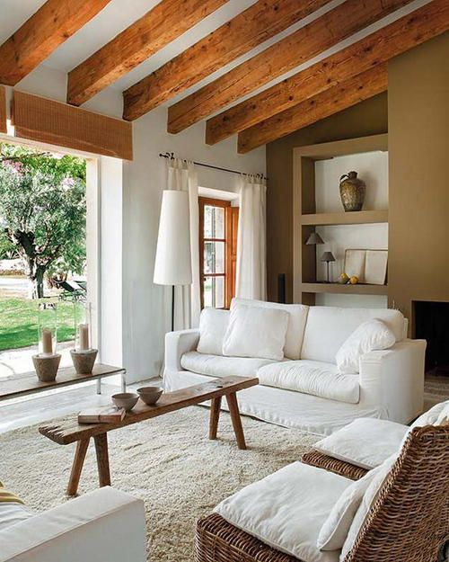Salon drewniany z białymi meblami