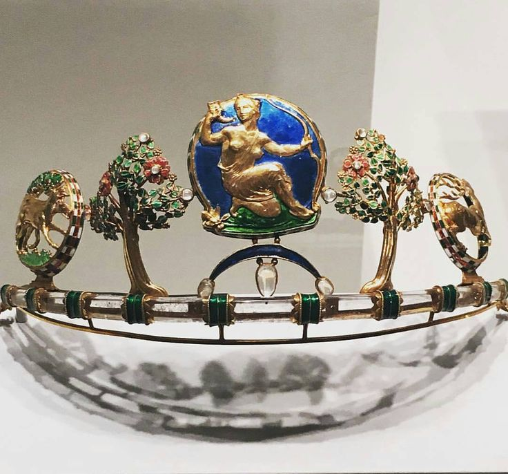 Diana tiara (circa 1908) by Henry Wilson, dedicated to the Román goddess of the hunt 😱😱😱 in gold with enamel, rock crystal, moonstones and sapphires 👏👏👏 #Arts&Craft Repost @amsjewelry __________ Tiara Diana (1908 aprox) de Henry Wilson, dedicada a la diosa romana de la caza 😵😵😵 de oro con esmalte, cristal de roca, piedra lunas y zafiros 👌👌👌 __________ #DeJoyaEnJoya #FromJewelToJewel #JewelryBlog #HenryWilson #tiara #diadem #diadema #1908 #enamel #RockCrystal #CristalDeRoca #sa...