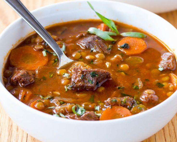 C'est un délicieux ragoût qu'on peut manger comme une soupe et qui est très nourrissant avec de la viande tendre et des lentilles!