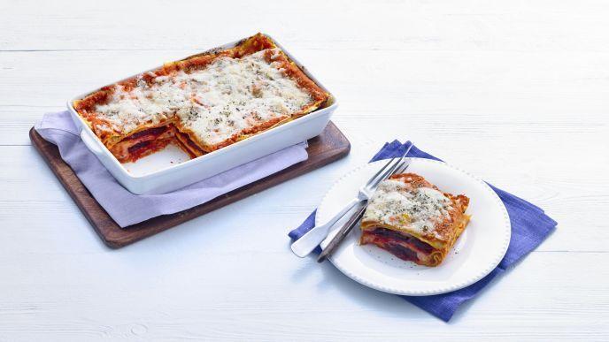 Een leuke variant op de Italiaanse klassieker is de lasagne van biet, pompoen en geitenkaas. Lekker zonder vlees, maar met verschillende groenten en verse lasagnebladen. Snijden en snipperenVerwarm de oven voor op 180 graden. Bereid 450 gram pompoenstukjes uit de diepvries volgens de aanwijzingen op de verpakking in de magnetron. Snijd ondertussen 500 gram gekookte rode bieten in dunne plakjes. Snipper 1 ui. Rasp 250 gram belegen geitenkaas. Pureer de groentenVerhit 2 eetlepels…