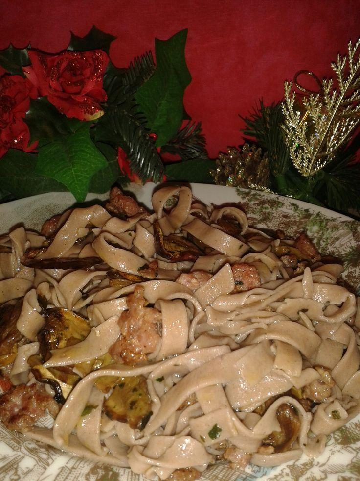 Tagliatelle di castagne con funghi e salsiccia Ingredienti: (per una porzione) -4 cucchiai di farina (2 di farina di castagne e 2 di farina 00 di grano ten