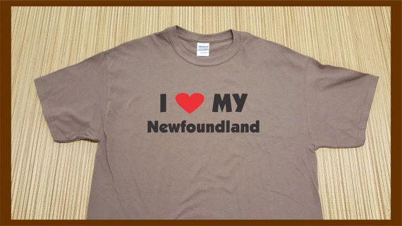 Ich liebe meine Neufundland  Kurze Ärmel Baumwolle T-Shirt, mit Druck auf der Vorderseite des Shirts.  Kostenlose Aufkleber für Ihr Auto mit jedem Shirt gekauft.  KOSTENLOSER VERSAND  ** MIT IHREN HAUSTIEREN NAMEN ** ANPASSEN