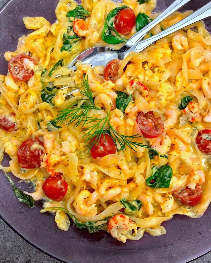 Pastasås med kräftost, tomat & bladspenat❄️ 200g räkost/mjukost Kavli/Philadelphia (1/2 burk, á 400g) 0,5-1 dl créme fraîche/kvarg Spenat (helst färsk) Dill Citron Peppar Småtomater, halverade  Kräftstjärtar/räkor/lax/kyckling  Valfri pasta (Shirataki lågkalori makaroner spaghetti nudlar) • MyRecipe sås recept fav Byolsen