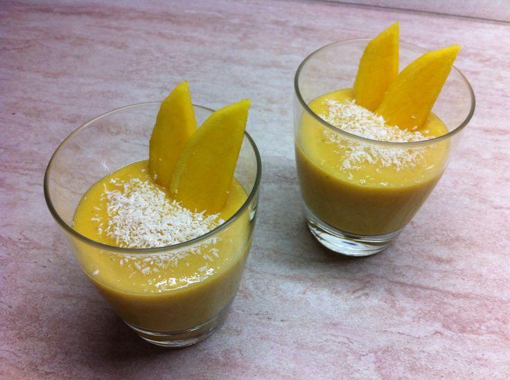 #Frullato di #mango e #banana con scagliette di #cocco