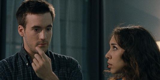 """Grégoire Leprince-Ringuet et Sofiia Manousha dans le film français de Jacques Bral, """"Le noir (te) vous va si bien"""".   THUNDER FILMS INTERNATIONAL"""