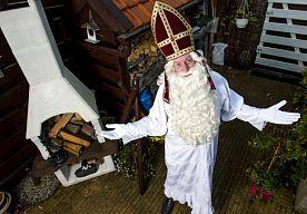 25-Oct-2014 14:25 - SINT STAAT IN ZIJN HEMD: DIEF AAN DE HAAL MET TABBERD. De Sint in Heenvliet staat letterlijk in zijn hemd. Zijn tabberd is gestolen. De organisatie van de intocht is verbijsterd. De diefstal klinkt...