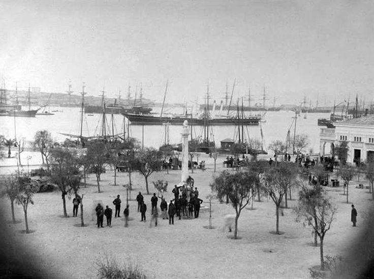 Το λιμάνι του Πειραιά μετά το 1891.  Αναστάσιος Γαζιάδης, ο πιο σημαντικός φωτογράφος του Πειραιά κατά τον 19ο και τις αρχές του 20ού αιώνα. Για την ευγένειά του, το ήθος του, αλλά και την καλλιτεχνική του αξία, γράφει η εφημερίδα Σφαίρα: «... Όλα παρά τω κ. Γαζιάδη είναι καλλιτεχνικά. Και αυτός ο κ. Γαζιάδης, με το ωραίον του  ξανθόν γένειον, το απαστράπτον εξ ευφυΐας πρόσωπον, το πλήρες ζωής και ωραίων στάσεων παράστημα αυτού, είναι εν καλλιτέχνημα.. ».