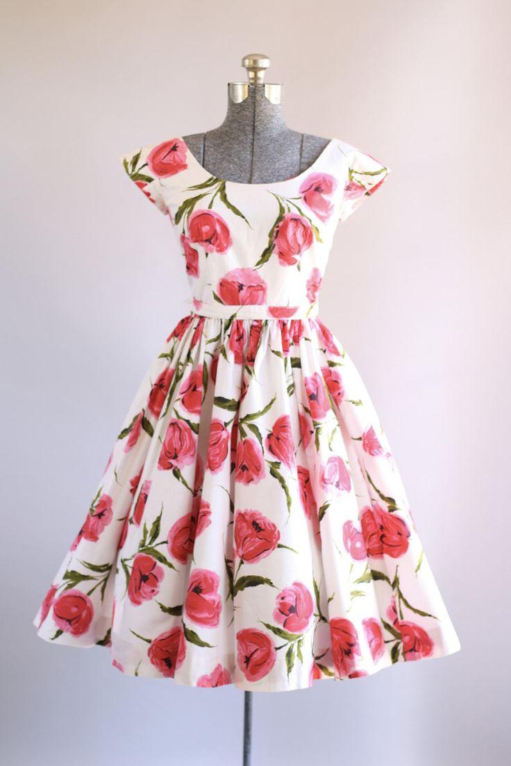 Deze jaren 1950 Victor Josselyn katoenen jurk functies een roze en rode bloemen afdrukken boven op een witte achtergrond. Kap mouwen. Gesmoord taille + bevat de oorspronkelijke taille gordel met module sluiting. Volledige geplooide rok. Metalen rits omhoog achterkant jurk. Zeer goede vintage staat. Houd er rekening mee: petticoat gedragen onder rok voor toegevoegd volheid. Dit stuk is schoongemaakt en is klaar om te dragen!  Label Victor Josselyn Katoen stof Geschatte omvang XS/S Label ...