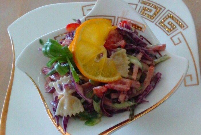 Салат с макаронами, копченой колбасой и огурцами