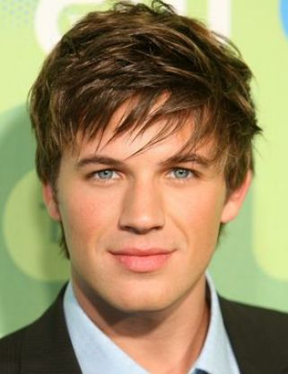 Men+sexy+hairstyle+with+layered+swept+bangs.PNG (321×416)