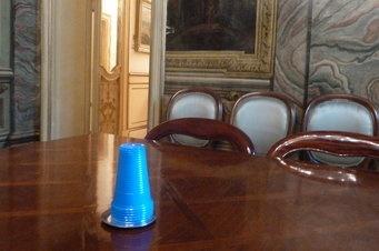 Vasos de plástico en Palazzo Chigi  Perspicacia y sentido de la escena : banderas europeas, cuántas más mejor, el Onze de Setembre : el Papa (bávaro) apoya a a la Europa del Sur y ha enviado su protesta a la potente CSU de Baviera/ @enricjuliana @lavanguardia | #politiquerio