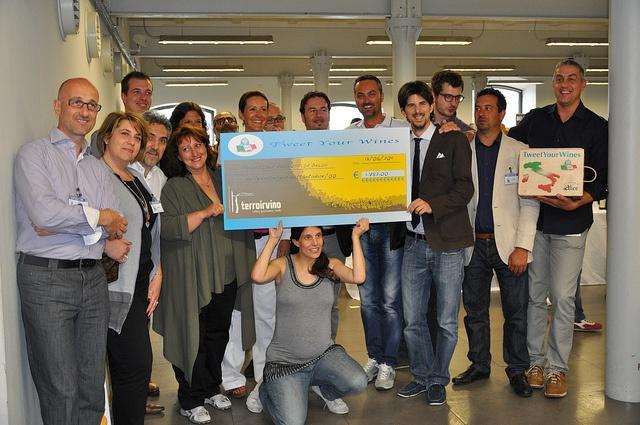 il gruppo di @tweetyourwines e la consegna del ricavato #twitasta #terroirvino2011