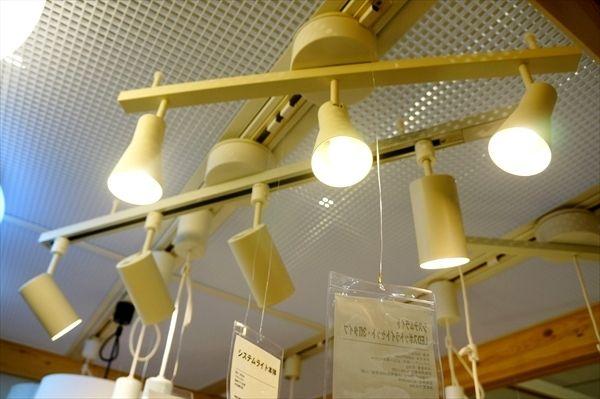 無印良品の照明【スポットライト・ペンダントライト】を見てきた!/LED 店舗にて|快適なライフスタイル@生活にちょっぴりスパイスを手前 システムライト LEDスポットライトセット3灯タイプ 12600円 奥 システムライト本体4灯までとりつけ可能8900円   無印良品らしい、スポットライト。 定番のフォルムですよね。 部屋にとりつけると部屋のインテリアがキレイに見えそう。