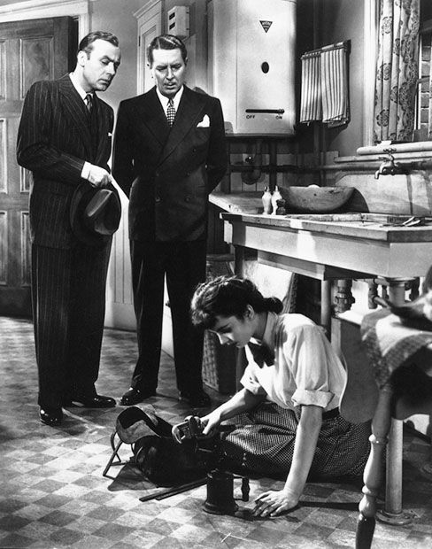 El pecado de Cluny Brown (1946) - Photo Gallery - IMDb | Charles Boyer, Reginald Gardiner, and Jennifer Jones in Cluny Brown (1946)