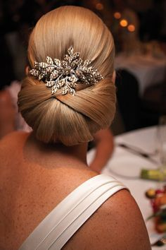 Beautiful bridal hair! Super neat and proper updo for long hair with a vintage comb. #vintage #wedding #hair