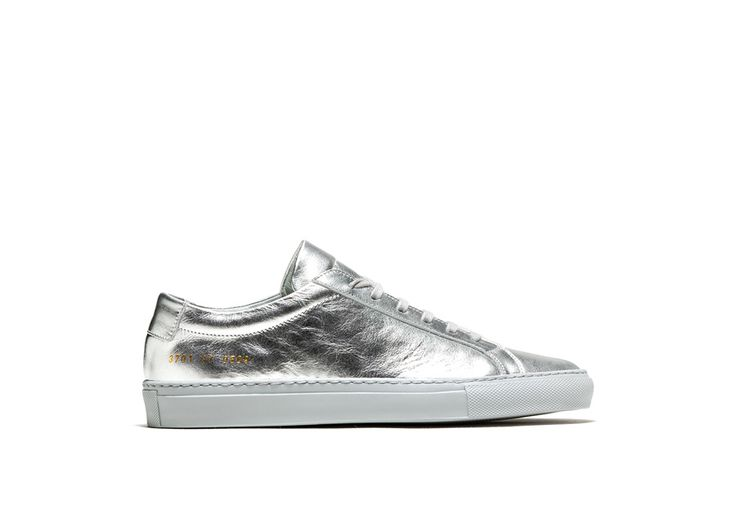 ACHILLES LOW SNEAKERS COLOR SILVER-made in italy silver metalized calfskin achilles low sneakers. color co-ordinated cotton laces. gold-tone size and style code at lateral side. leather insole featuring the woman by common project logo. 2 cm high seamed sole in rubber.