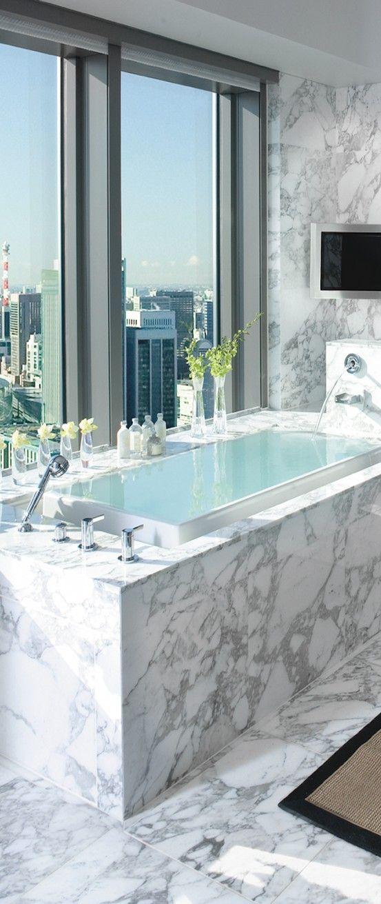 Baño moderno.  Mármol