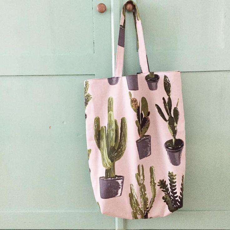 #kwantuminhuis #creatiefmetstof #twee_dotjes maakte deze shopper met stof CACTUS > https://www.kwantum.nl/hobby-vrije-tijd/gordijnen/print/gordijnen-raamdecoratie-hobby-vrije-tijd-gordijnen-stoffen-print-stof-cactus-beige-0412180 #stof #DIY #zelfmaken #kwantum