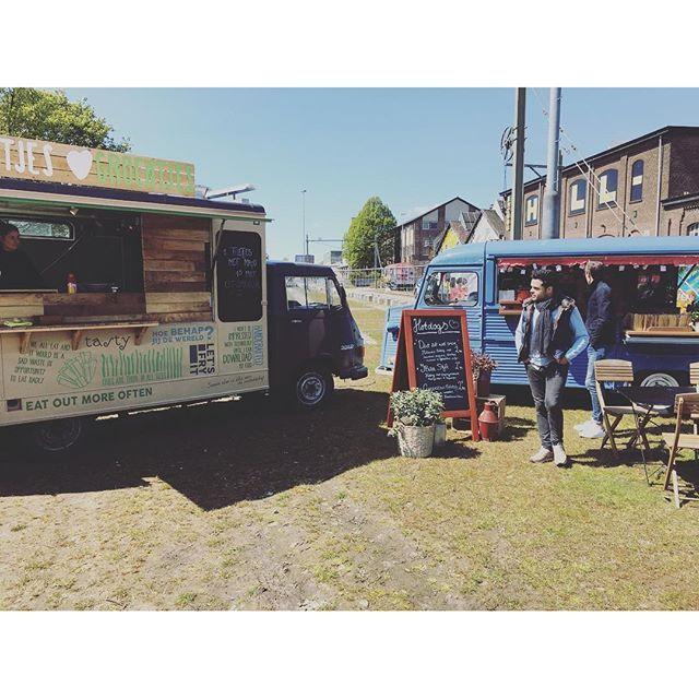 """@de_melksnor's photo: """"Klaar voor de Mercado Ibiza Tilburg! Vandaag staan (h)eerlijke hotdogs op het menu. Zo ook de Ibiza style; lekker met papaya salade, mango saus en rode peper. #mercadoibiza #tilburg #foodtruck #hotdogs #demelksnor #frietjesengroentjes"""""""