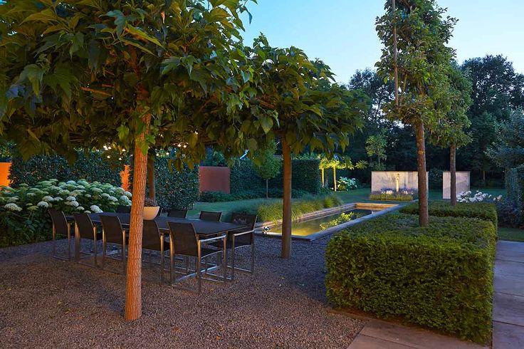 Florera - In deze ruin zorgen rechtlijnige grote vlakken ervoor dat de tuin is opgebouwd in de beleving die bij de architectuur past. Door witbloeiende beplanting in te brengen ontstaat er rust en balans in de ruin. Er komt licht op donkere plaatsen.