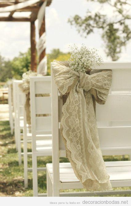 Decoración boda jardín, sillas de madera con lazos de encaje