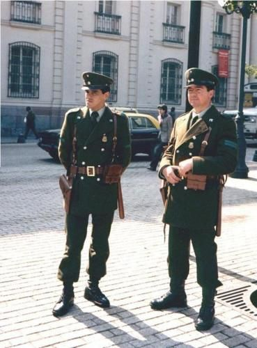Everyday winter uniform of the Chilean Police / Uniforme de diario invierno de Carabineros de Chile