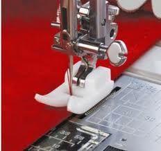 Het Glijvoetje is gekneed uit een speciaal hars dat het gemakkelijker naaien van weefsels toestaat die anders aan de gebruikelijke metalen naaivoetjes zouden vastplakken, zoals suède, leer, vinyl,...