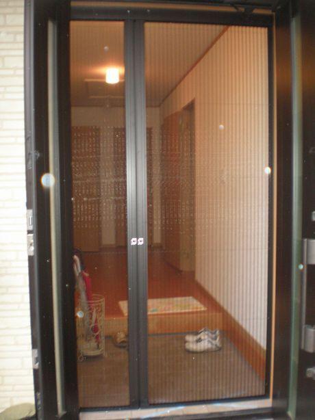 玄関や室内ドアを開き戸にリフォームする費用・価格は? 玄関や勝手口に網戸を取り付ける費用・価格の相場は?