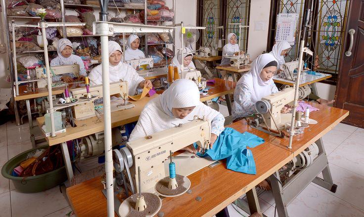 Proses Produksi ( Jahit ) #hijab #fashionhijab #islamicfashion #hijabstore #indonesia #moslem_fashion #abaya #woman_fashion #womanfashion