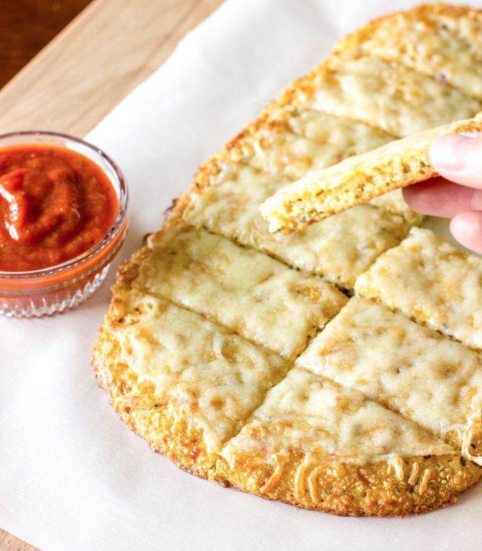 Divertida y nutritiva receta con quinoa. Prueba este ingrediente lleno de beneficios para la salud, garantizado que te encantará esta versión de pizza saludable y baja en calorías.