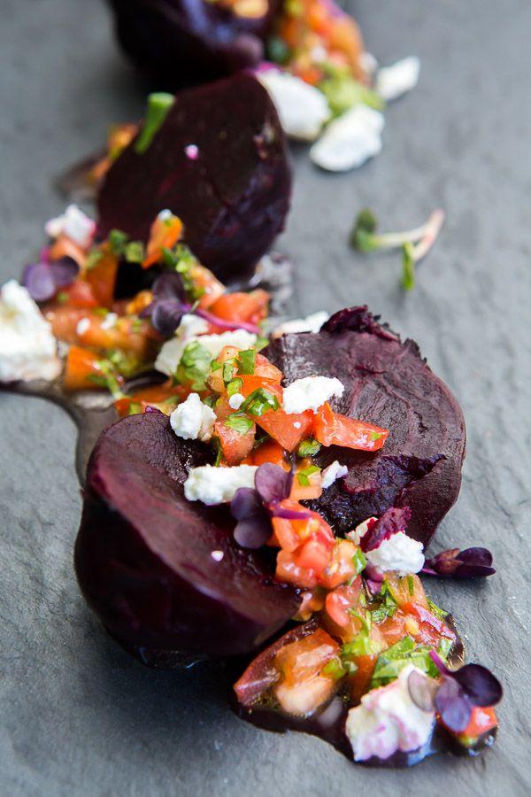 Leckere Vorspeise vom Grill: Rote Beete werden gegrillt und mit einer Tomaten-Koriander-Vinaigrette und Schafskäse serviert.