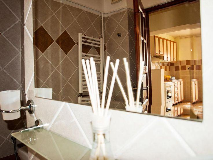 Very quiet short term apartment in Bucharest: Bathroom with bathtub