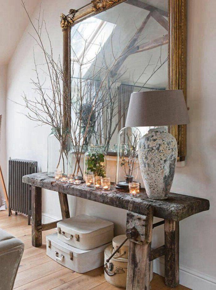 bougeoir en verre, table en bois brut et grand miroir