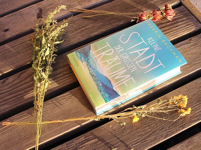 """Eine kleine Stadt. Ein großer Traum. Der tief bewegende Roman des einfühlsamen Erzählers aus Schweden, der mit seinen Büchern die """"New York Times""""- und die """"Spiegel""""-Bestsellerlisten erobert hat."""