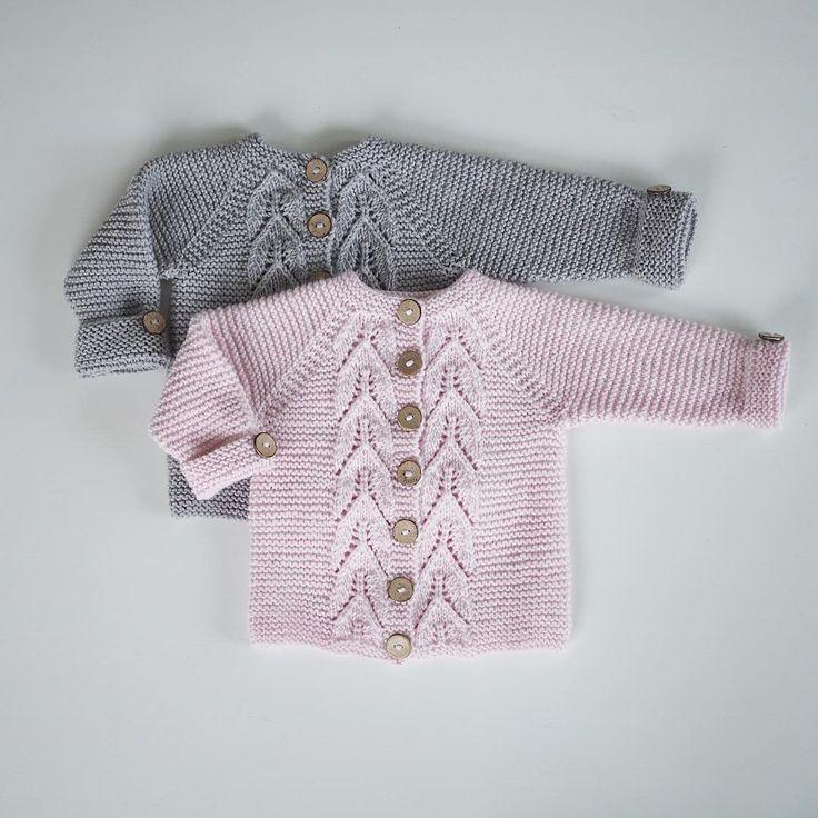 ~ I loved knitting these! These were amazing to knit. ~ Jeg syntes disse var fantastiske å strikke! #bladrillejakke fra boka #strikkmeg @knitsandpieces Til en liten jente og en liten gutt som snart skal komme. #babystrikk #nyfødtstrikk