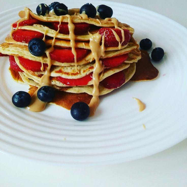 Fit jogurtowe pancakes  2 jajka 30 gram mąki  1/5 szklanki mleka 50 gram jogurtu naturalnego lub greckiego Slodzik Dowolne owoce