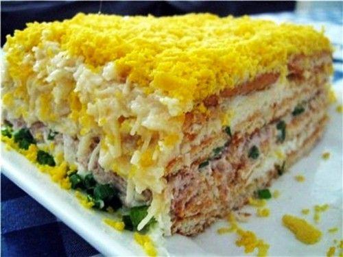 Рыбный салат с крекерами. 300гмайонеза 100гсыра 4-5яиц отварных 2пачкикрекеров несладких 1-2зубчикачеснока 1банкаконсервов рыбных (горбуши, тунца, сайры) зеленый лук  Отделить белки отварн…