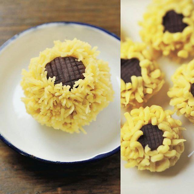 「かわいい和菓子」ひまわり(練りきり×こしあん)  練りきり生地に色をつけ、きんとんぶるいでこし出して花びらを作ります。 丸めたこしあんに、花びらを下から上に向かって植え付け、中央にへこみをつけます。 小さなこしあんを丸めて平らに伸ばし、格子状に筋をつけて花芯に見立てます。  きんとんぶるいがない場合は、ざるでこし出してもOK!  ひまわり/himawari/夏の和菓子(Photo by@mimuken2) #和菓子#和菓子作り#手作り#お茶会#練り切り#ユイミコ#cawaii#wagashi#sweets#japanesesweets#ひまわり#こしあん