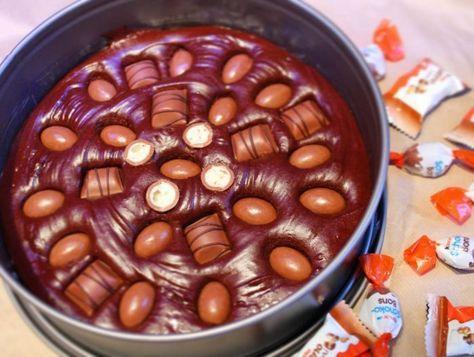 Kladdkaka med kinder schoko bons, bueno och lättvispad grädde.