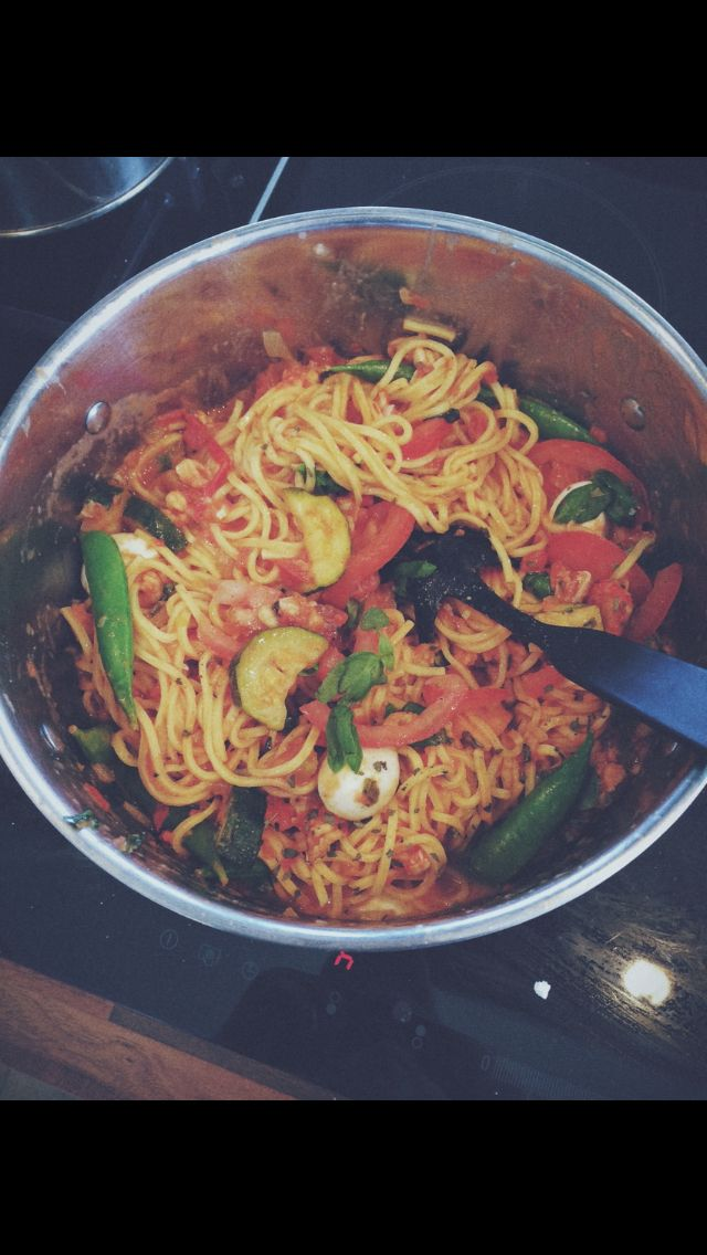 Vegetarian pasta white wine zucchini tomato