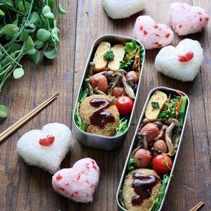バレンタイン♡簡単ハートおにぎりのお弁当 by あ~るママさん | レシピブログ - 料理ブログのレシピ満載! おはようございます。あ~るママです。今日はパパと息子のお弁当です。バレンタイン前なのでハートのおにぎりを握りました。Today's Menu・カリカリ梅のハートおにぎり・豚ひき肉コロッケ・ころころソ...