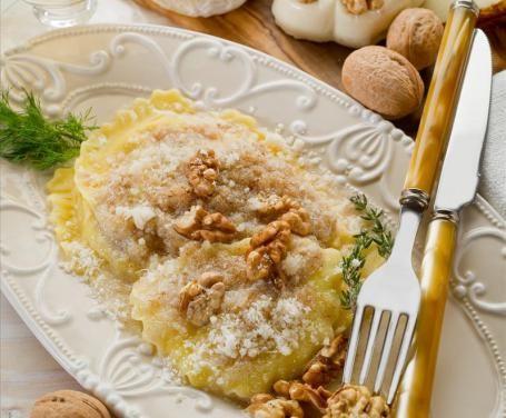 Tra i numerosi sughi per ravioli che è possibile preparare, in questa ricetta ve ne suggeriamo uno davvero semplice: il sugo alle noci.