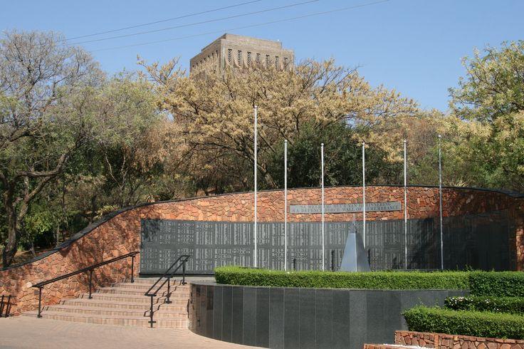 Rond het Voortrekkersmonument zijn verschillende andere monumenten geplaatst, veelal voor legeronderdelen. Foto: G.J. Koppenaal - 9/10/2014.
