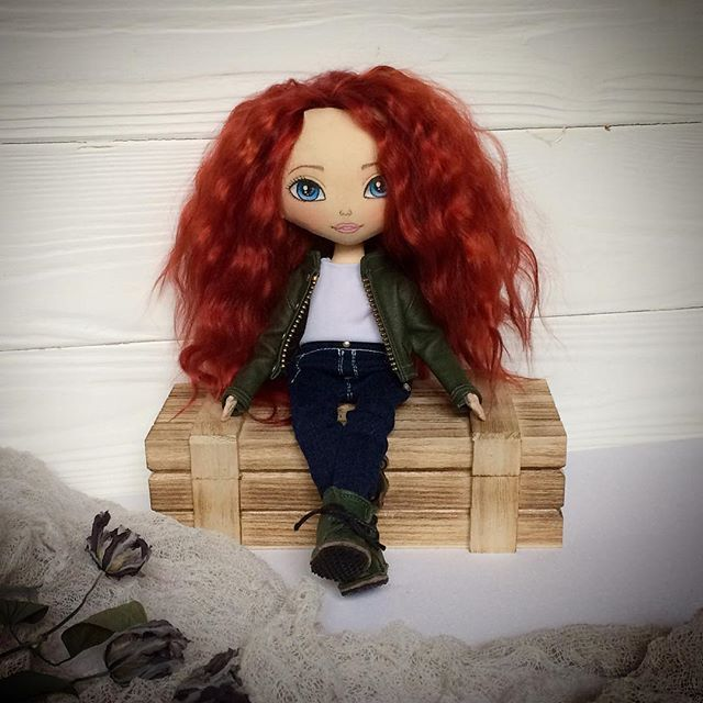 ❤️ . . #кукла #интерьернаякукла #текстильнаякукла #авторскаякукла #куклаизткани #кукларучнойработы #рыжая #ручнаяработа #красотка #кожанка #рыжаякрасотка #можняшка #моднаядевочка #подарокдлядевушки #оригинальныйподарок #doll #artdoll #handmadedoll #ragdoll #clothdoll #dollstagram #etsydoll #toys_gallery #helenkadollsналичие #мск #спб #березники