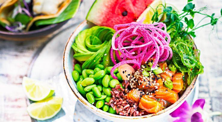 Recept på Poké Bowl. Poké betyder det som dragits upp ur havet; dagens fångst på hawaiianska. Men det är även vanligt att servera vegetariska alternativ. Smakerna är ofta lånade av japansk och kalifornisk sushi.