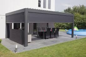 Zip Markisen unter einem Terrassendach bieten Sonnen - und Regenschutz