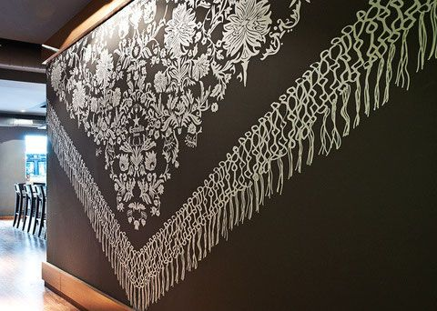 Diseño vinilo pared con motivo de mantón de manila en el interior del restaurante.