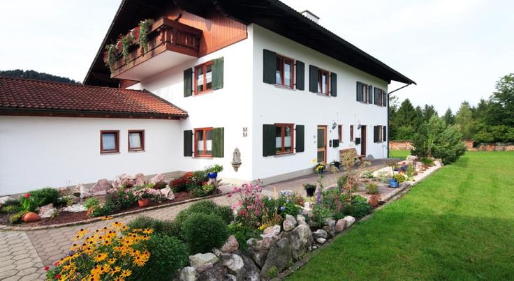 Haus Luna Schwangau Set amid Bavaria's scenic Allgäu mountains, these stylish holiday apartments in Schwangau are just 1.2 km from Füssen's old quarter and about 2 km from the Neuschwanstein and Hohenschwangau castles.